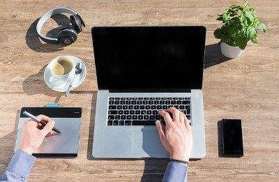 Laptop und Webdesigner